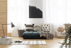 סלון מעוצב עם שטיח נורדי