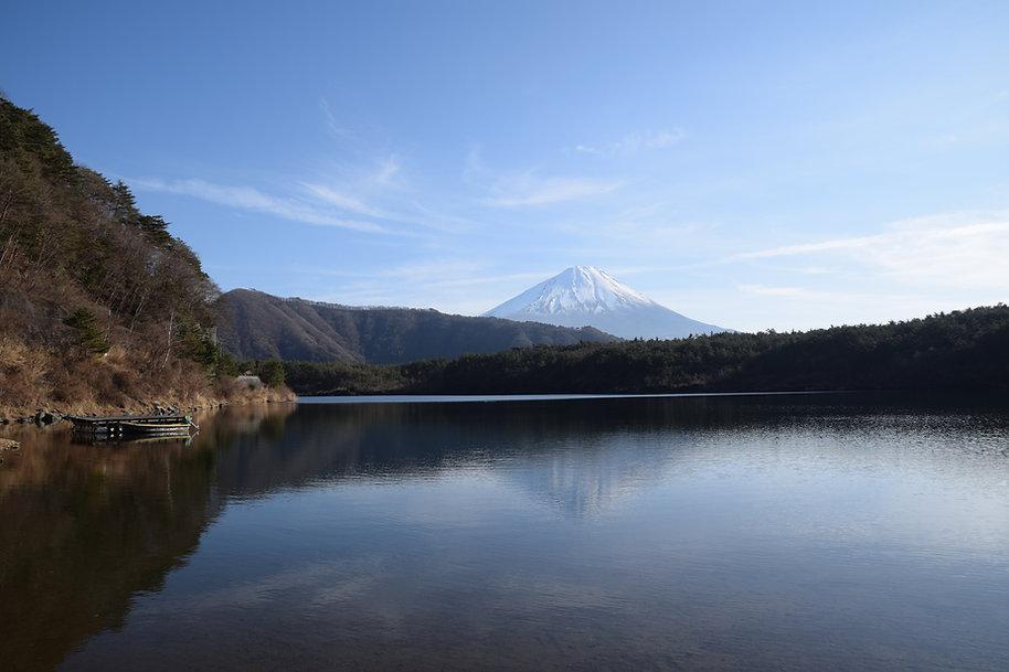 遠くに臨む富士山