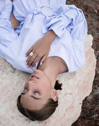 Vrouw op rots