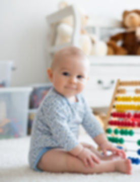 Bébé joue avec un boulier
