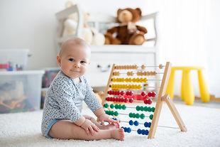 Bebê brincando com ábaco