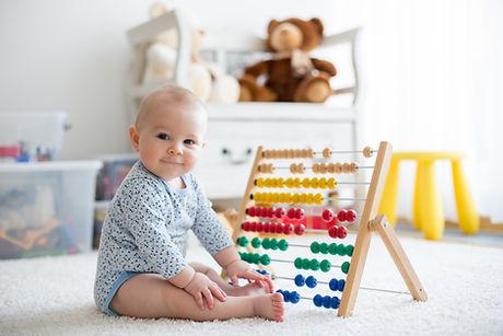 Baby spielt mit Abakus