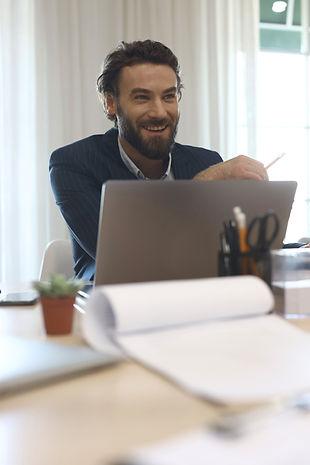 El hombre de negocios sonriendo