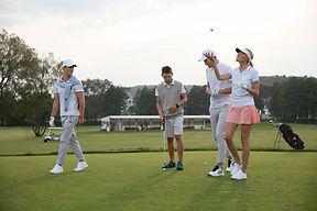 Amis jouant au golf