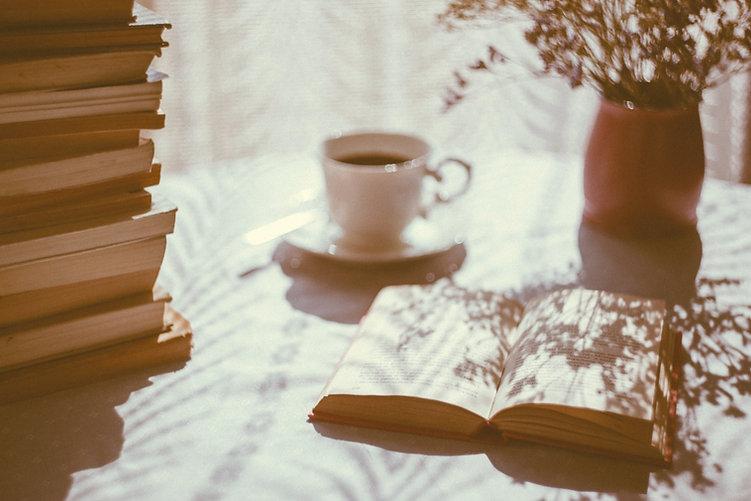 Livro aberto e café