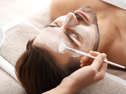 Homem recebendo um tratamento facial