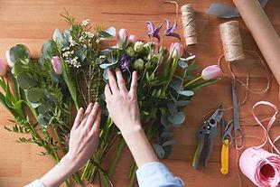 Bouquet de fleurs en cours de réalisation