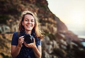 Frau mit Kamera als visuelle unterstützung für den Erfahrungsbericht der Schamanichen arbeit von Kuyay Lorena