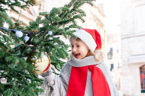 Meisje versieren van de kerstboom