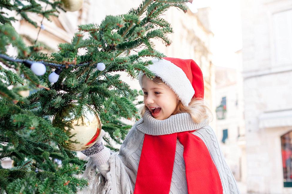 Chica decorando el árbol de navidad