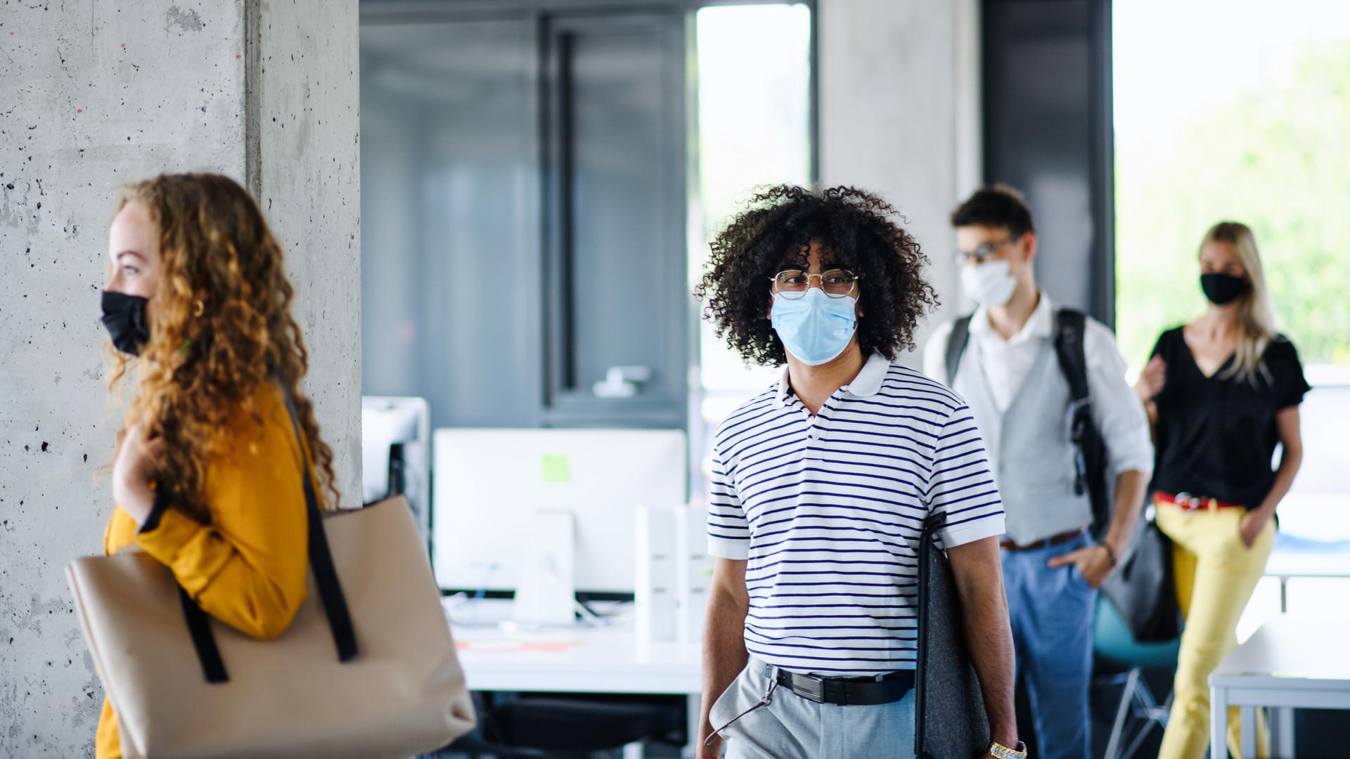 Terug naar het werk met maskers