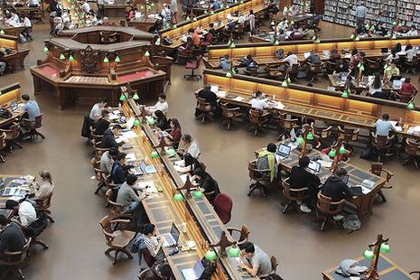 Bibliothèque avec étudiants