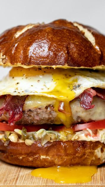 Burger aux œufs frits
