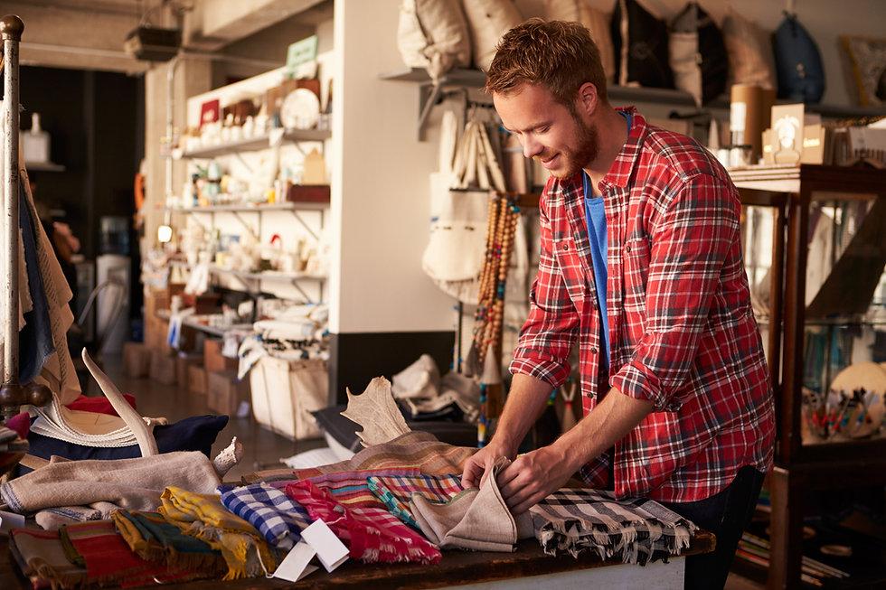 Um homem olhando mercadorias em uma loja