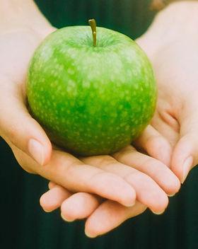 Een appel vasthouden