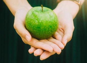 Segurando uma maçã