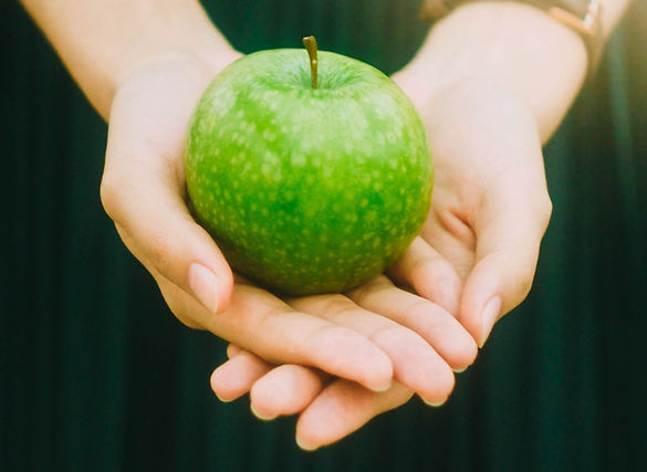 Sosteniendo una manzana