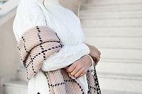 スカーフを持つ女性