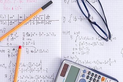 Mathe-Notizbuch und Rechner