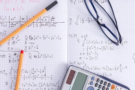 Cuaderno de matemáticas y calculadora