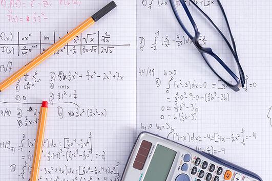 Calculadora e caderno de matemática