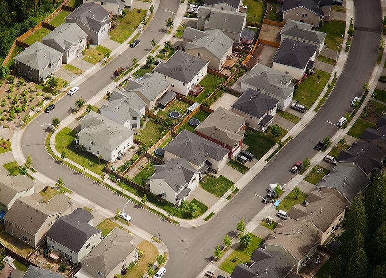 Vue aérienne de la rue de banlieue