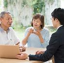 広島市民葬儀で相談中のシニア夫婦