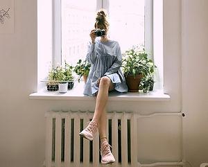 Femme avec appareil photo dans un appart