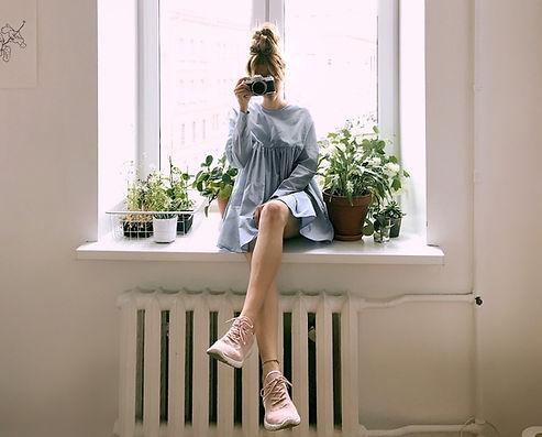 Femme avec appareil photo dans un appartement