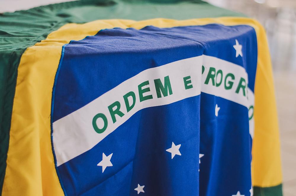 Bandeira do Brasil sobre a mesa