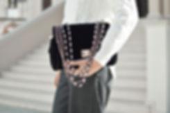 Femme avec un sac sous le bras