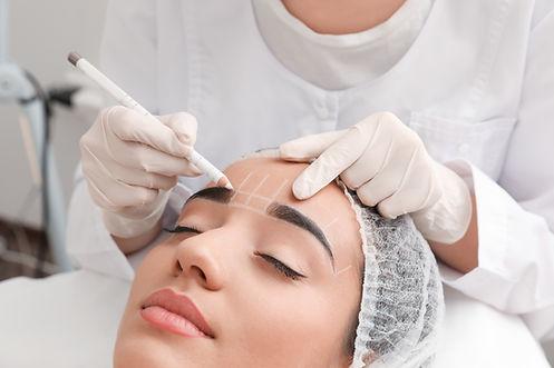 Maquillage permanent des sourcils en cou