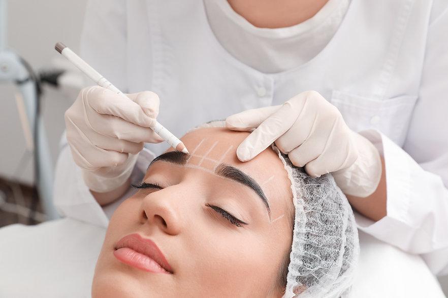 Permanente wenkbrauwen make-up in uitvoe