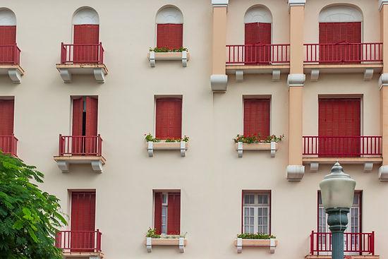 Röda fönsterluckor