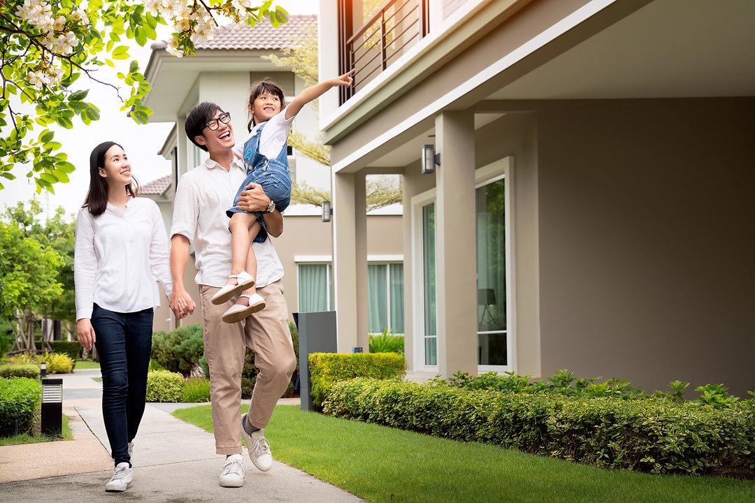 Família andando pelo bairro