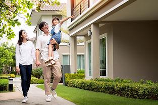 Familie wandelen in de buurt
