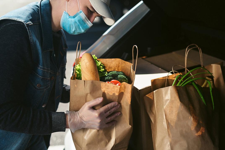 Lebensmittel in den Kofferraum legen