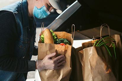 Poner comestibles en el maletero