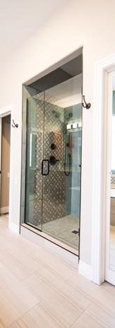 Baderomsløsning med skreddersydd glassvegg til dusj.
