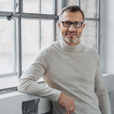 Reifer Mann mit Brille