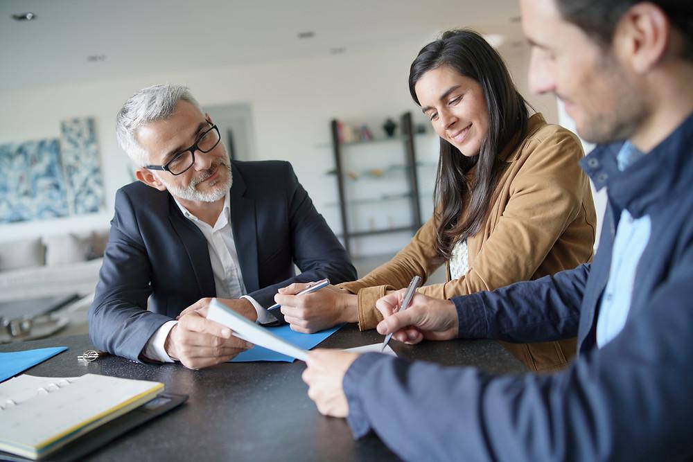 Dowiedz się kto to jest doradcą kredytowy, na czym zarabia, co robi doradca kredytowy, jak znaleźć dobrego doradcę kredytowego w Warszawie.