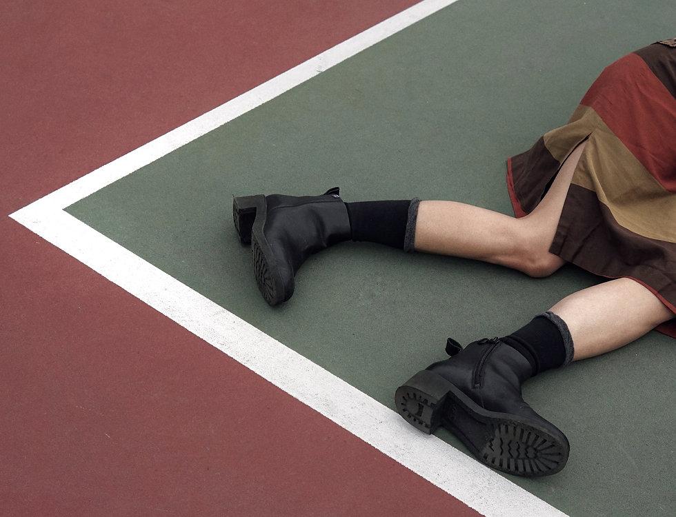 Auf einem Tennisplatz liegen
