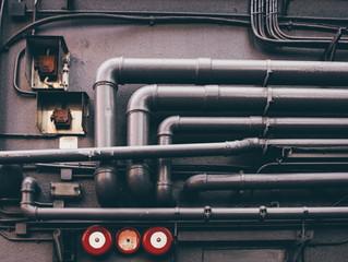 ¿Pueden cruzarse canalizaciones eléctricas y de agua potable sin mantener distancia mínima?