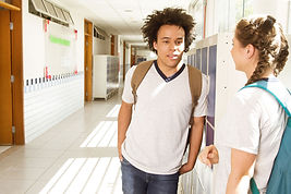 Conversation dans le couloir