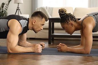 גבר ואישה עושים פלאנק אחד מול השני