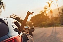 Mano saludando fuera del coche
