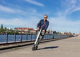 E-Scooter vor Oberbaumbrücke