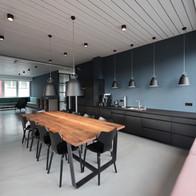 Moderne Büroküche, Farbanstrich mit Bodenbeschichtung.