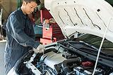 自動車整備中の男性