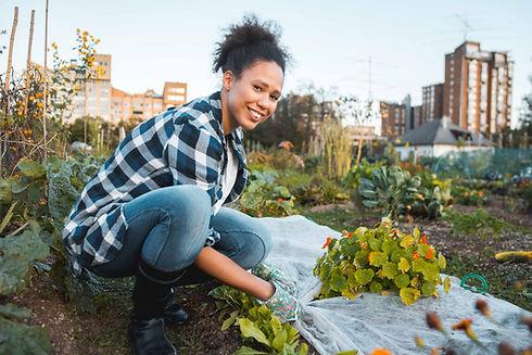 Kobieta pracująca w ogrodzie